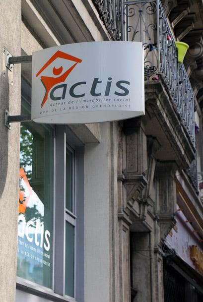 Les bailleurs sociaux Actis et l'Opac38 se rassemblent mardi 17 octobre contre la baisse des APL qui, jugent-ils, menace le modèle du logement social.Actis © Eléonore Bayrou