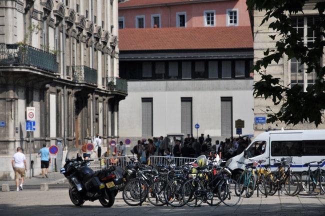 Cordon de sécurité de la police sur la place de Verdun à Grenoble près du Tribunal Administratif ©Eléonore Bayrou