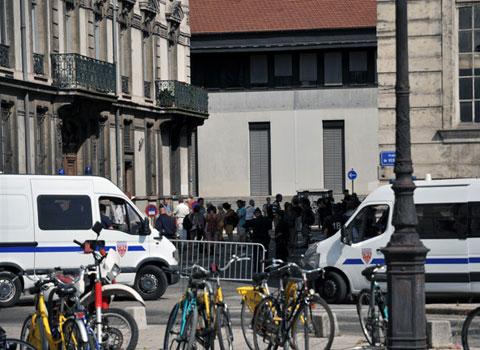 Cordon de sécurité de la police sur la place de Verdun à Grenoble près du Tribunal Administratif © Eléonore Bayrou