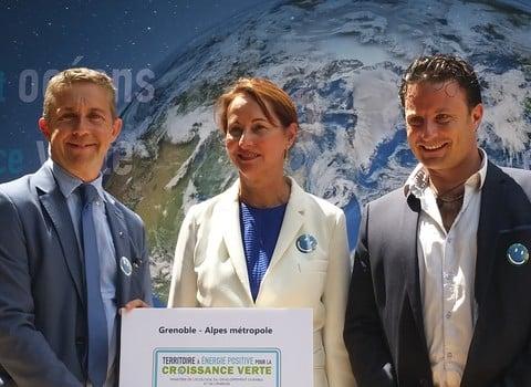 Ségolène Royal, aux côtés de Christophe Ferrari et Ludovic Bustos, le 22 juillet, lors de la signature de la convention « Territoires à énergie positive pour la croissance verte ». © Grenoble-Alpes Métropole