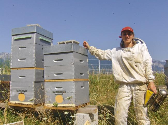 Audrey Abba devant ses ruches - A ssociation Adabel