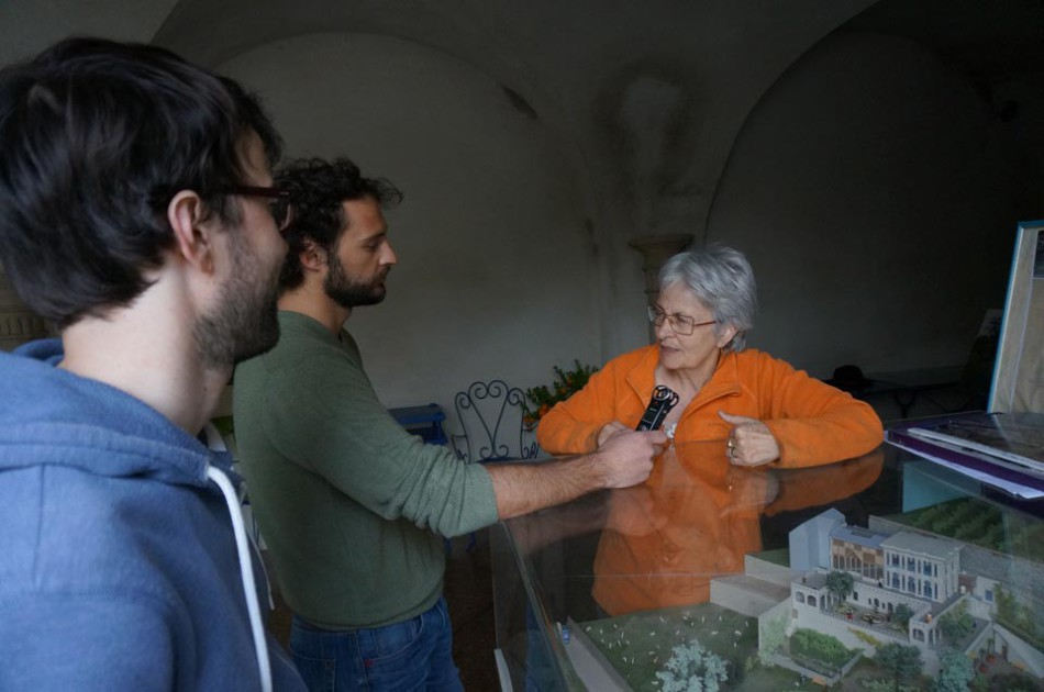 Interview de Christiane Guichard devant la maquette de la Casamaures. © Anthony Papillon