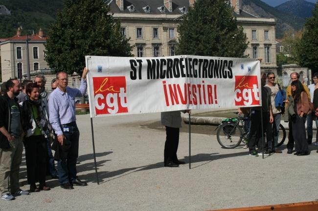 Rassemblement devant la préfecture de l'Isère des salariés de ST Micro en 2015. © Joël Kermabon - Place Gre'net