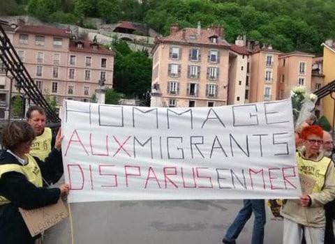 Manifestation en faveur des migrants sur le pont Saint-Laurent à Grenoble le 25 avril 2015. © Antoine Back - Twitter