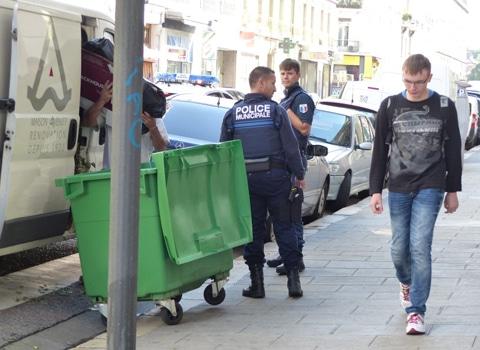 policier municipaux devant une poubelle à Grenoble - DR