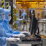 Salariés en tenue à l'intérieur de l'usine STMicroelectronics de Crolles. © Artechnic