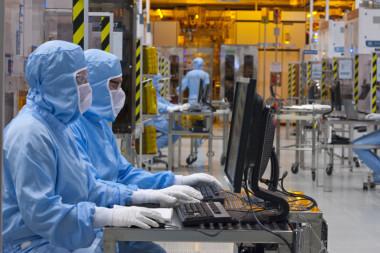 ST: une prime mais des mesures de protection insuffisantes . Salariés en tenue à l'intérieur de l'usine STMicroelectronics de Crolles. © Artechnic