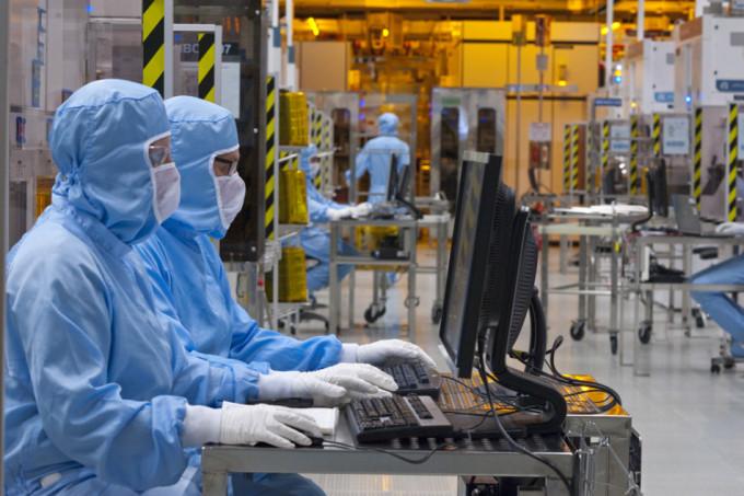 A chaque fois que la Métropole de Grenoble mettra un euro dans le plan Nano 2022, la Région Auvergne-Rhône-Alpes s'engage à en mettre deux…Salariés en tenue à l'intérieur de l'usine STMicroelectronics de Crolles. © Artechnic