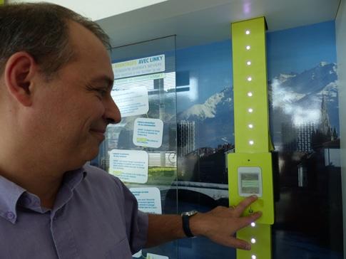 Fabien Périgaud, directeur territorial adjoint ERDF Isère manipulant le compteur électrique communicant Linky, jaune fluo © Séverine Cattiaux – placegrenet.fr