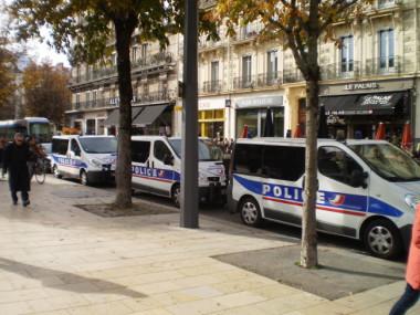 Une manifestation bien encadrée. © Joël Kermabon - Place Gre'net