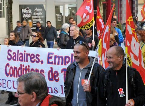 Manifestation de salariés du public et du privé avec des syndicats à Grenoble le jeudi 8 octobre 2015. © Paul Turenne - placegrenet.fr Drapeaux de la CGT dans le cortège salaires emplois conditions de travail