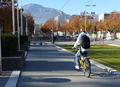 The future cycle lanes of the Express Cycle Network in Grenoble resemble this section of the cycle lane, in front of the Grenoble town hall. © Séverine Cattiaux - placegrenet.fr