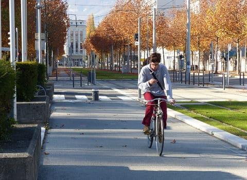 Les futurs cheminements du Réseau Express à Vélos de la Métropole grenobloise ressembleront probablement à cette partie de piste cyclable, située devant l'hôtel de la Ville de Grenoble. Cycle highways © Séverine Cattiaux - placegrenet.fr