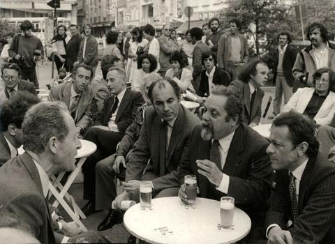 Hubert Dubedout, ancien maire de Grenoble en pleine discussion avec Alain Bompard, Michel Rocard et plusieurs rocardiens. DR