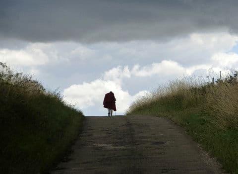 Marche lors d'un orage dans les collines de l'auxerois. © André Weill - placegrenet.fr