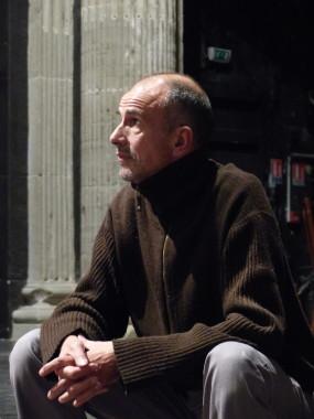 Antonio Placer sur la scène du Théâtre Saint-Marie-d'en-bas. © Adèle Duminy