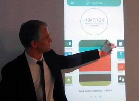 Eric Campos, directeur général adjoint en charge du développement au Crédit agricole Sud Rhône-Alpes, en pleine présentation de l'application carte connectée. © Paul Turenne - placegrenet.fr