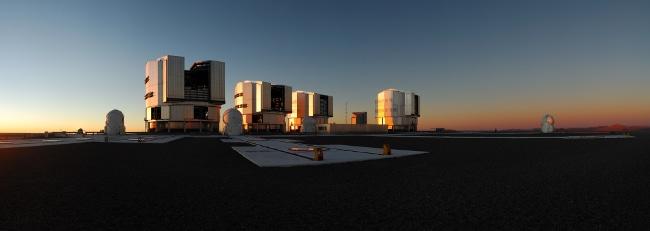 Le Very Large Telescope (VLT) situé sur Cerro-Paranal à 2600 m d'altitude dans le desert d'Atacama au Chili. © ESO/F. Kamphues