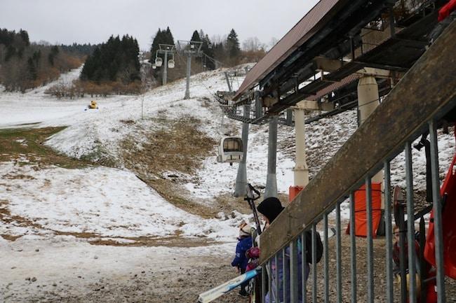 Un hiver particulièrement doux met en difficulté les stations de moyenne montagne. Préfiguration de ce qui nous attend à la fin du siècle, réchauffement climatique aidant ?