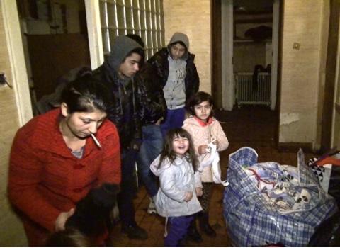 Famille Rom s'apprêtant à quitter les lieux. © Joël Kermabon - Place Gre'net