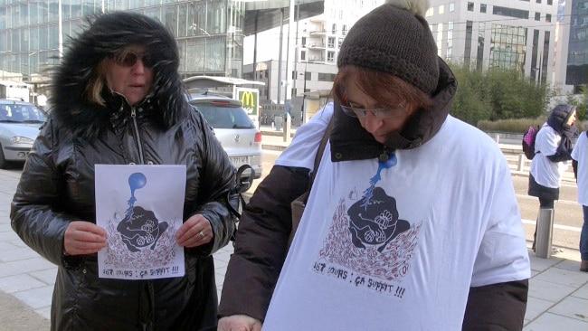 Portant maillots et affiches « 167 jours, ça suffit !!! », membres d'associations de défense de parents d'enfants autistes rassemblés devant le tribunal de Grenoble en soutien à Rachel. © Véronique Magnin – Place Gre'net