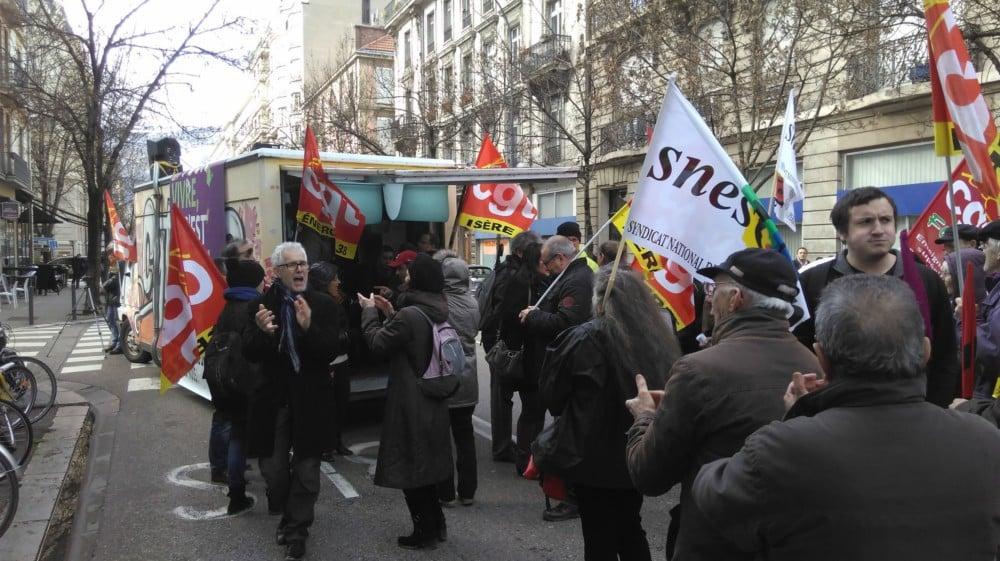 Manifestation devant france bleu pour dénoncer le manque de représentativité des syndicats dans les médias.
