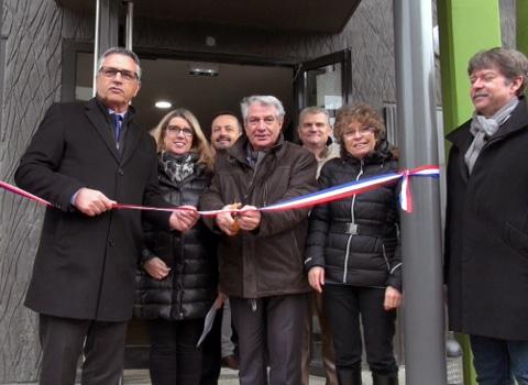 Inauguration de la résidence intergénérationnelle « Le Verseau» en présence du maire d'Échirolles Renzo Sulli (au centre). © Véronique Magnin - Place Gre'net