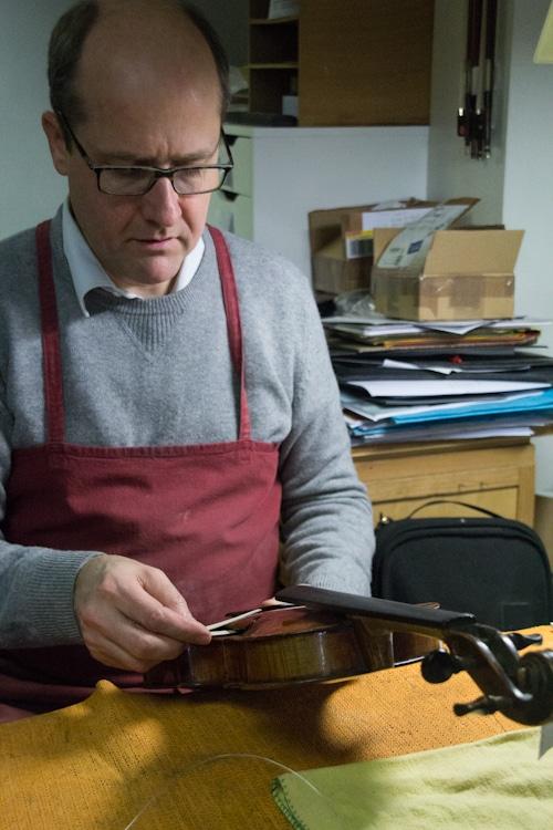 Luthier Nicolas Démarais dans son atelier. © Yuliya Ruzhechka - www.placegrenet.fr