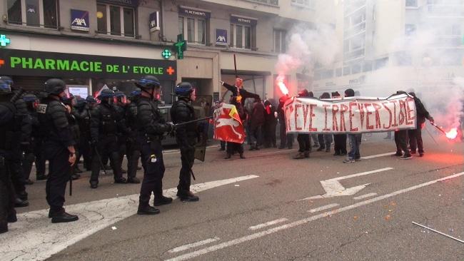 Les policiers face aux casseurs. © Joël Kermabon - Place Gre'net