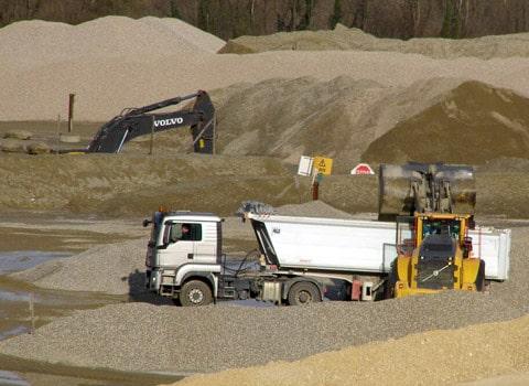 Carrière de sable et de gravier exploitée à ciel ouvert par Granulats Vicat à Barraux en Isère. DR