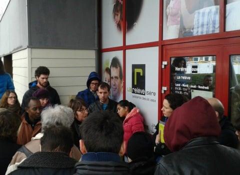 Des militants de RESF dialoguant avec Marie Borne, présidente de la Relève lors de la manifestation du 16 mars, à Échirolles. © RESF