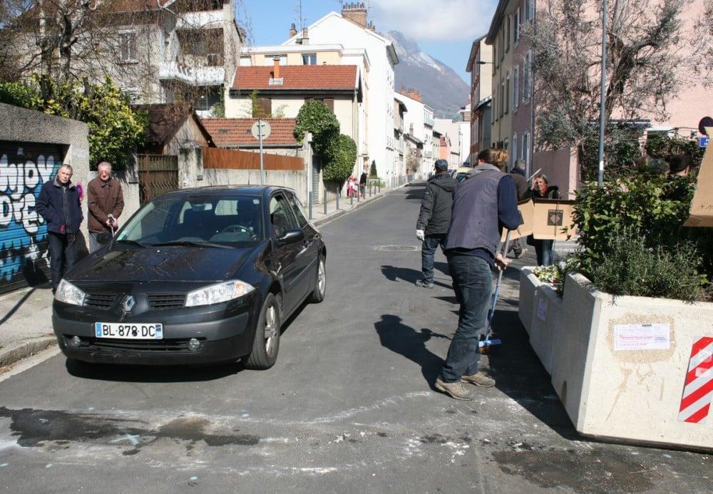La première voiture à passer après le retrait de la jardinière. Un petit goût de Checkpoint Charlie ? © Florent Mathieu - Place Gre'net