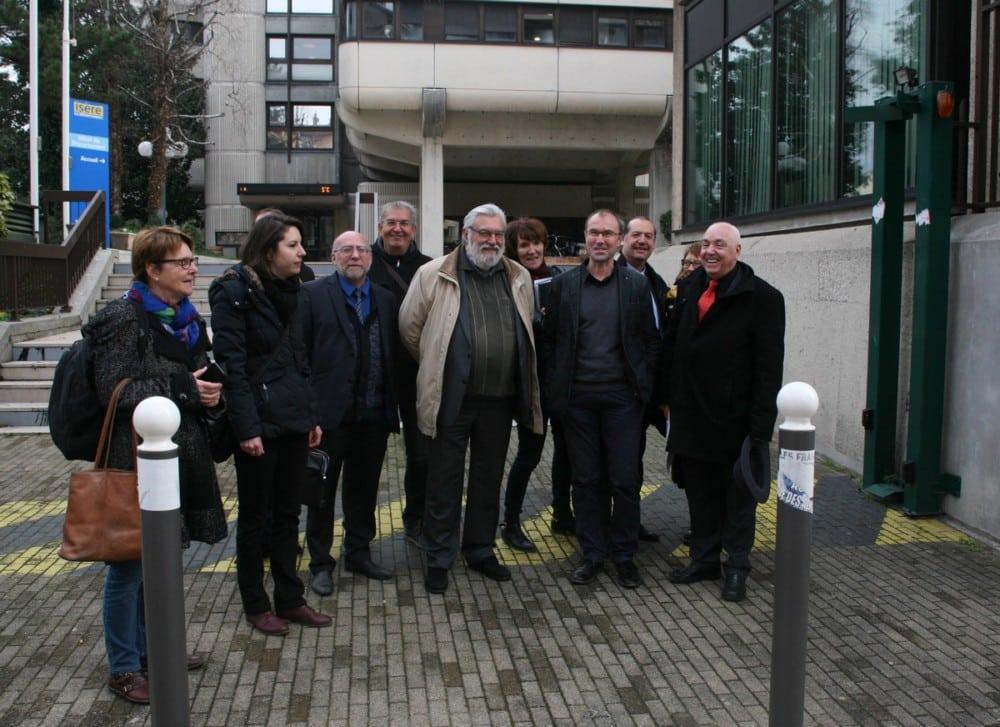 Onze représentants des Missions Locales, devant le Conseil Départemental. ©Florent Mathieu - Place Gre'net