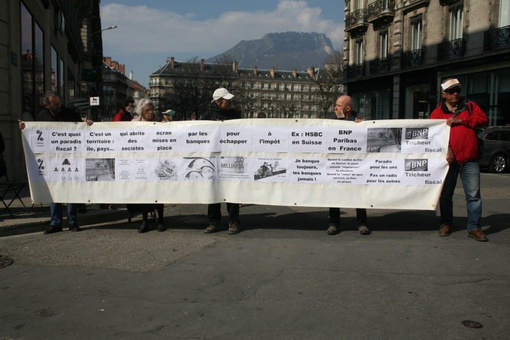 « C'est quoi un paradis fiscal », une banderole didactique. © Florent Mathieu - Place Gre'net.