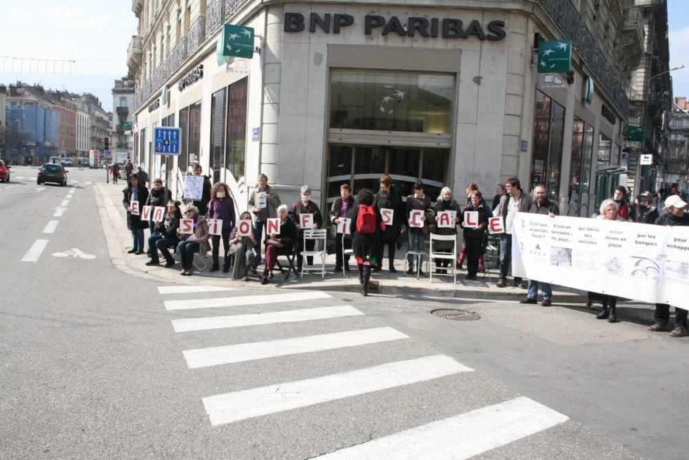 Sit-in devant la BNP Paribas pour dénoncer l'évasion fiscale. © Florent Mathieu - Place Gre'net