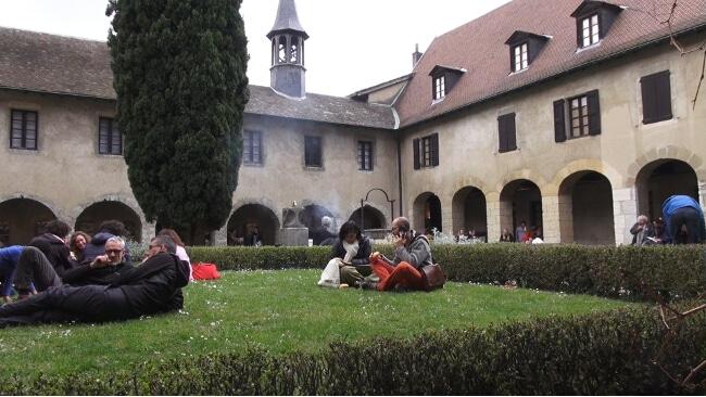 Focus sur la 8e édition du festival Détours de Babel qui se déroulera du 16 mars au 7 avril en Isère, avec pour thème cette année le « retour aux sources ». Le jardin du cloître du musée Dauphinois. © Joël Kermabon - Place Gre'net