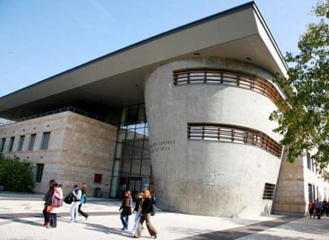 Le plan d'économies de l'université de Grenoble se traduira par une réduction du personnel (d'une centaine d'emplois) et 10 000 heures de cours de moins.