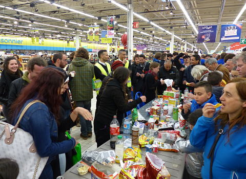 Activists from Nuit debout Grenoble shared a wild picnic in the middle of Grand'Place Carrefour supermarket, at the expense of the store.