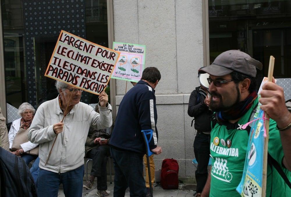 L'infatigable Jo Briant était également de la partie pour dénoncer les Paradis Fiscaux devant la BNP Paribas. © Florent Mathieu - Place Gre'net