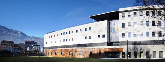 Clinatec : 6500 m2. Au 4e, les bureaux administratifs et la cafétéria. Au 3e, étage pré-clinique avec animaux et blocs opératoires. Au 2e, les bureaux des technologues du CEA, Chuga, UGA et Inserm. Au rez de chaussée, salles de réunion, amphithéâtre et l'hôpital, doté d'un bloc opératoire high tech – avec imagerie par résonance magnétique (IRM) sur rail utilisable en cours d'intervention – et 6 chambres. © Andrea Aubert