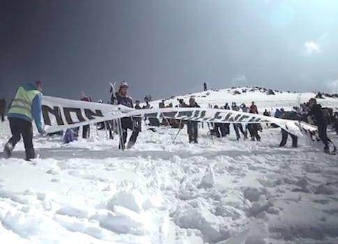 Initiée par Mountain Wilderness France, manifestation contre le projet d'extension de la station de ski de Chamrousse, dans le massif de Belledonne (Isère). © Mountain Wilderness
