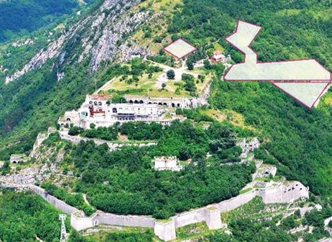 Vue des emplacements des futures vignes qui seront plantées autour du restaurant Chez le Pèr'Gras à la Bastille au-dessus de Grenoble. DR