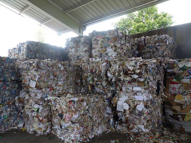 Sept collectivités du Sud-Isère consultent les habitants sur les projets de reconstruction des sites de traitement des déchets Athanor et Murianette.Empilement de déchets au centre de tri d'Athanor. © Alexandra Moullec - Place Gre'net
