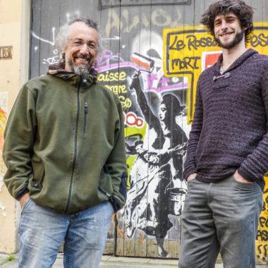 Jérôme Catz et Quentin Hugard, organisateurs du Grenoble Street Art Fest, devant le symbole qu'ils ont choisi pour le festival. © Adèle Duminy