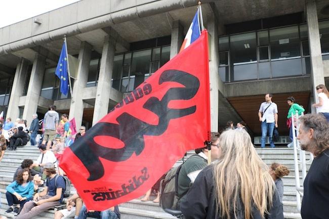 Manifestation devant l'Hôtel de Ville en 2016 contre le « Plan de sauvegarde des services publics » © Patricia Cerinsek - Place Gre'net