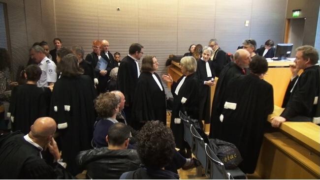 Une salle d'audience remplie de robes noires. © Joël Kermabon - Place Gre'net