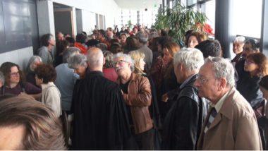 Une petite foule se presse devant les portes closes de la salle d'audience. © Joël Kermabon - Place Gre'net