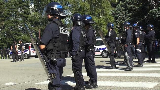 Un cordon de police protège le commissariat de police de Grenoble. © Joël Kermabon - Place Gre'net
