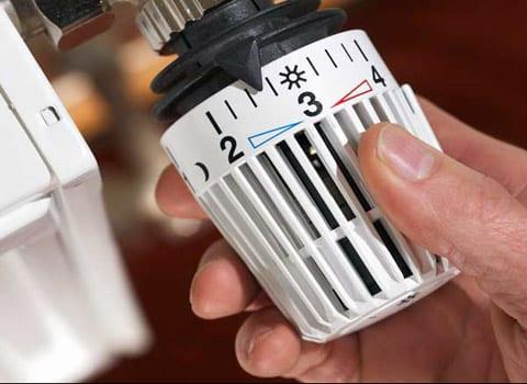 Robinet thermostatique sur un radiateur permettant de réaliser des économies d'énergie. DR