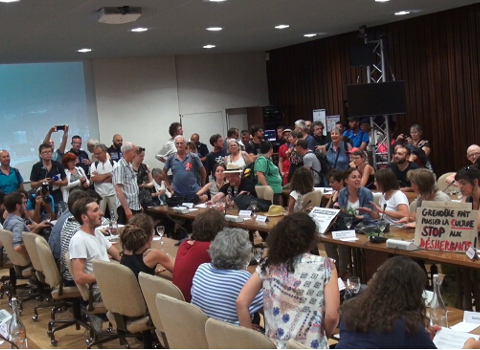 La salle du conseil municipal de Grenoble envahie par les manifestants. © Joël Kermabon - Place Gre'net